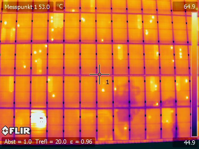 Hagelschaden an einer Photovoltaik-Anlage